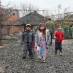 Viac ako polovica Slovákov verí, že Rómovia žijú v rozbitých chatrčiach