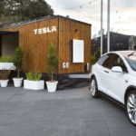 Tesla si na turné po Austrálii pribalila fantastický mini domček, fungujúci na slnečnú energiu