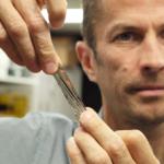 """Výskumníkom IBM sa podarilo """"natlačiť"""" 330 TB nekomprimovaných dát na pásku menšiu ako ľudská dlaň"""