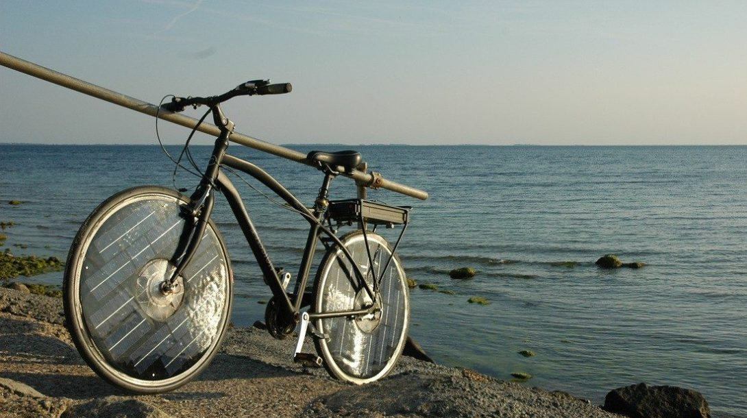 solar-bike-is-a-green-two-wheeler-with-integrated-solar-panels-it-needs-no-plug-in-charge-video_6