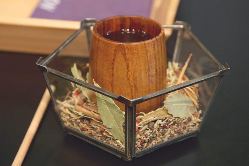 káva sladená medom