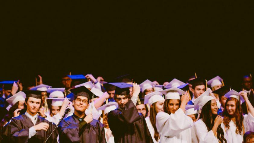absolventi univerzity
