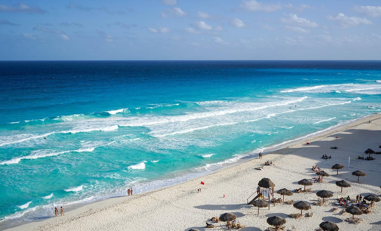 Pláž v letovisku Cancún, Mexiko. Ak by voda v oceáne stúpla, príjmy z turizmu zažijú výrazný pokles