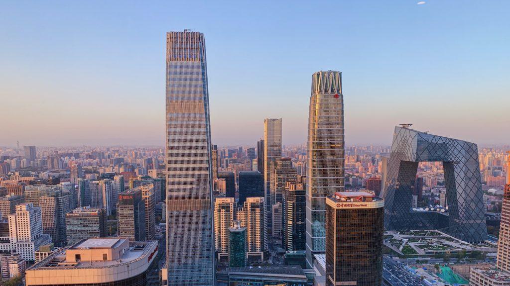 Čína sa bojí druhej vlny nákazy, Peking zatvára telocvične