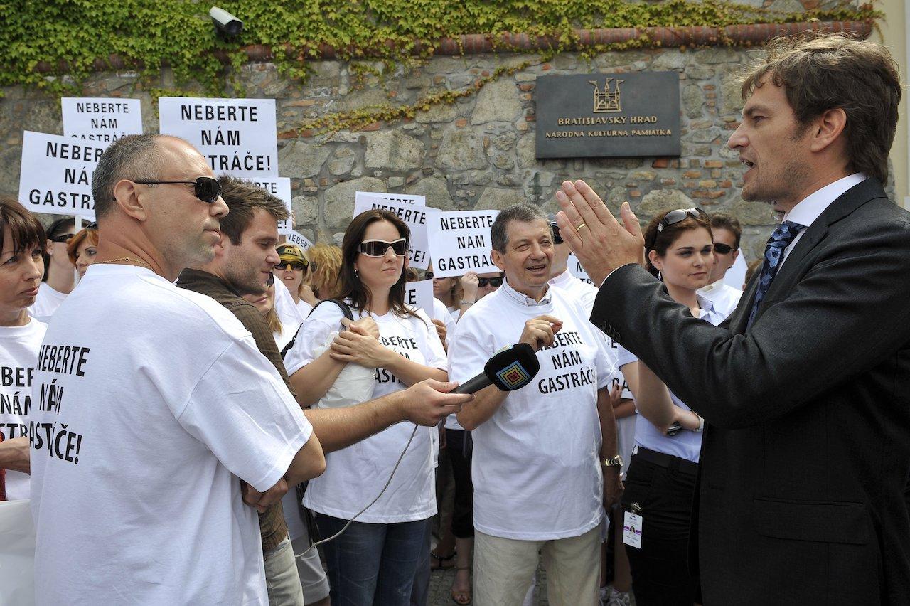 Protest pred budovou NRSR za zachovanie gastrolístkov 11. júla 2011 v Bratislave. Vpravo nezávislý poslanec Igor Matovič
