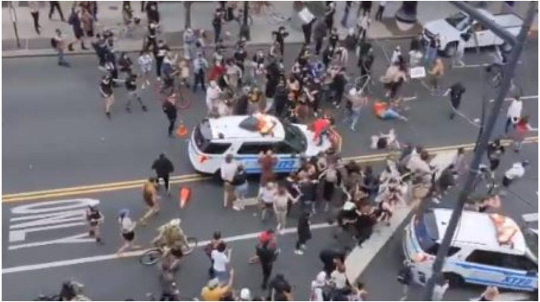 New Yorská polícia vrazila do skupiny demonštrantov