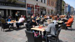 Terasy na košickej hlavnej ulici sa okolo obeda zaplnili takmer okamžite