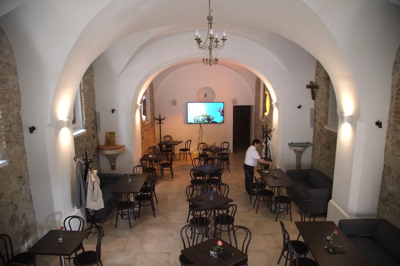 Kaviareň v kostolíku v Rusovciach