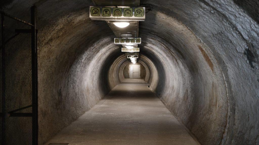 Najvyšší bod jaskyne je 20 metrov pod zemou, vedie k nemu 104 schodov.
