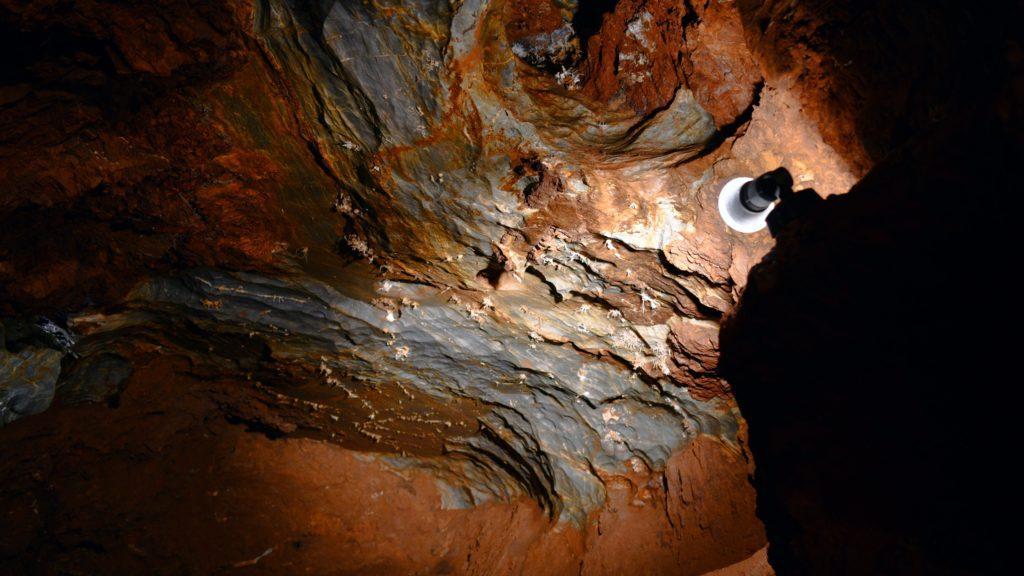 Majestátny štítovitý strop jaskyne vytvorili tektonické poruchy, ktoré majú na svedomí aj veľkolepé jaskynné siene.ja