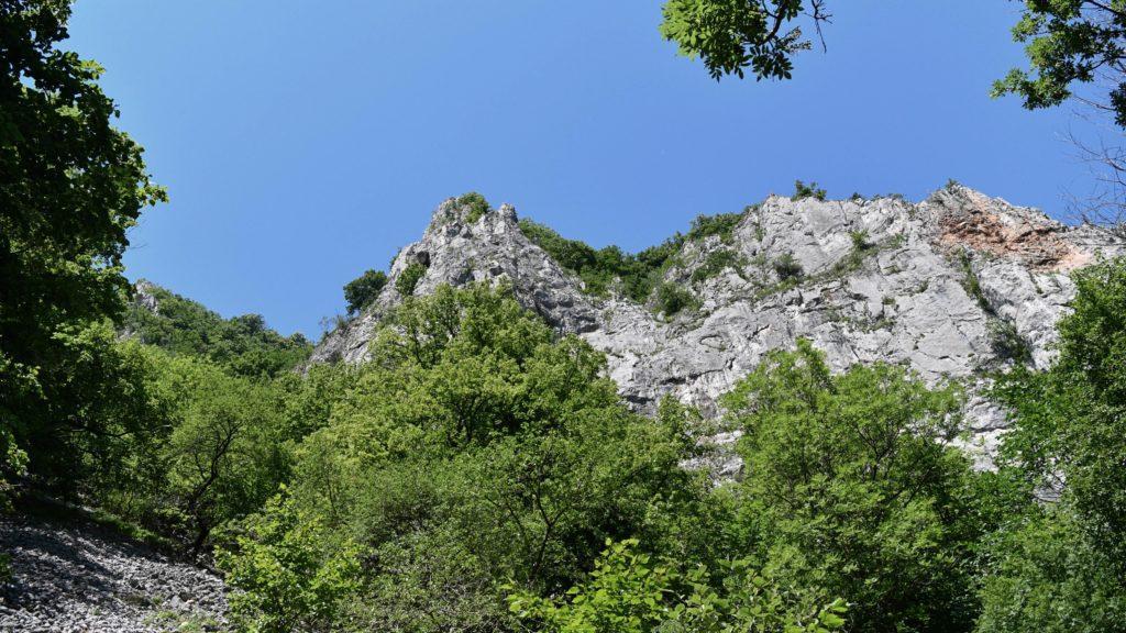 Útesy krasového kaňonu sú na niektorých miestach vysoké aj 300 metrov. V strede vôbec nie je signál.