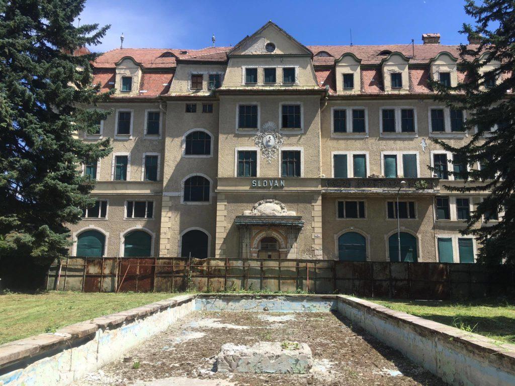 Pohľad na Hotel Slovan z parku s fotntánou.