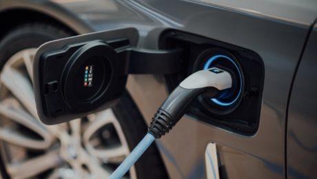 Nabíjanie elektromobilov a hybridov.