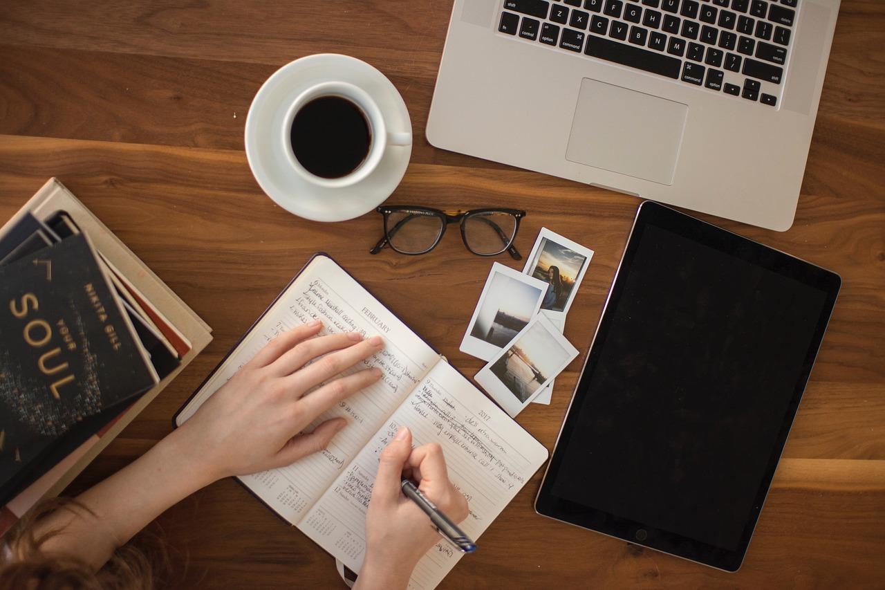 denník, káva, plánovanie
