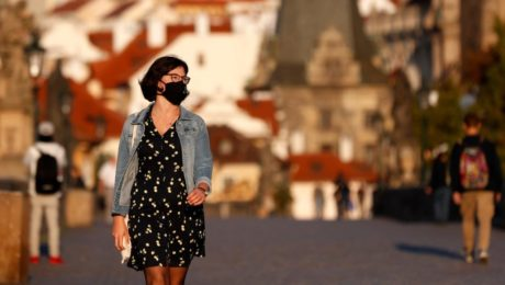 žena rúško koronavirus česko