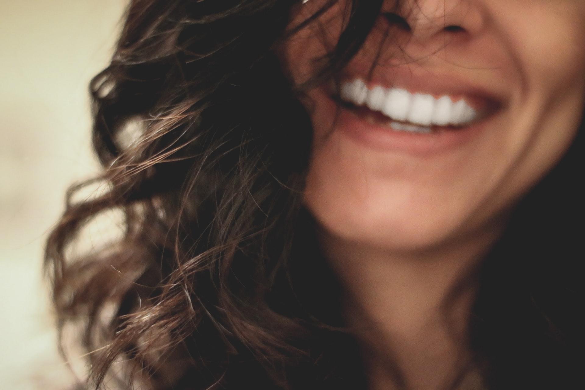 žena úsmev šťastie