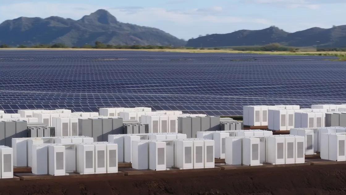 Obrovské pole Tesla batérií a solárnych panelov v Austrálii