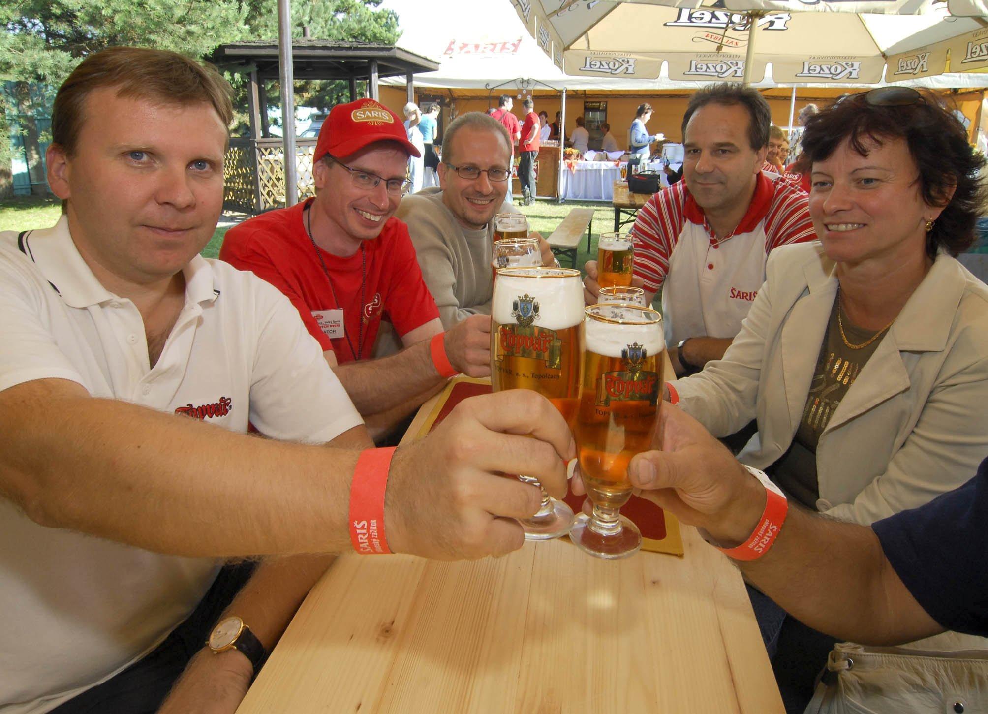 """Po deviatykrát 9. septembra 2006 Pivovar Šariš otvoril svoje brány verejnosti a privítal návštevníkov na Dni otvorených dverí. Bohatý program a špecialita - nepasterizované pivo Šariš iba do popoludnia prilákali vyše 11-tisíc návštevníkov. Na snímke v¾avo Imrich Havriš ,generálny riadite¾ Pivovaru ŠARIŠ, a.s., a vpravo ¼ubomíra Beòovièová, predsedkyòa odborovej organizácie pivovaru TOPVAR, spolu s ïašími manažérmi si pripili na fúziu pivovaru Šariš a Topvaru s heslom: """" Pivo spája východ a západ Slovenska, šariš, pivo, pivovar, súťaž"""