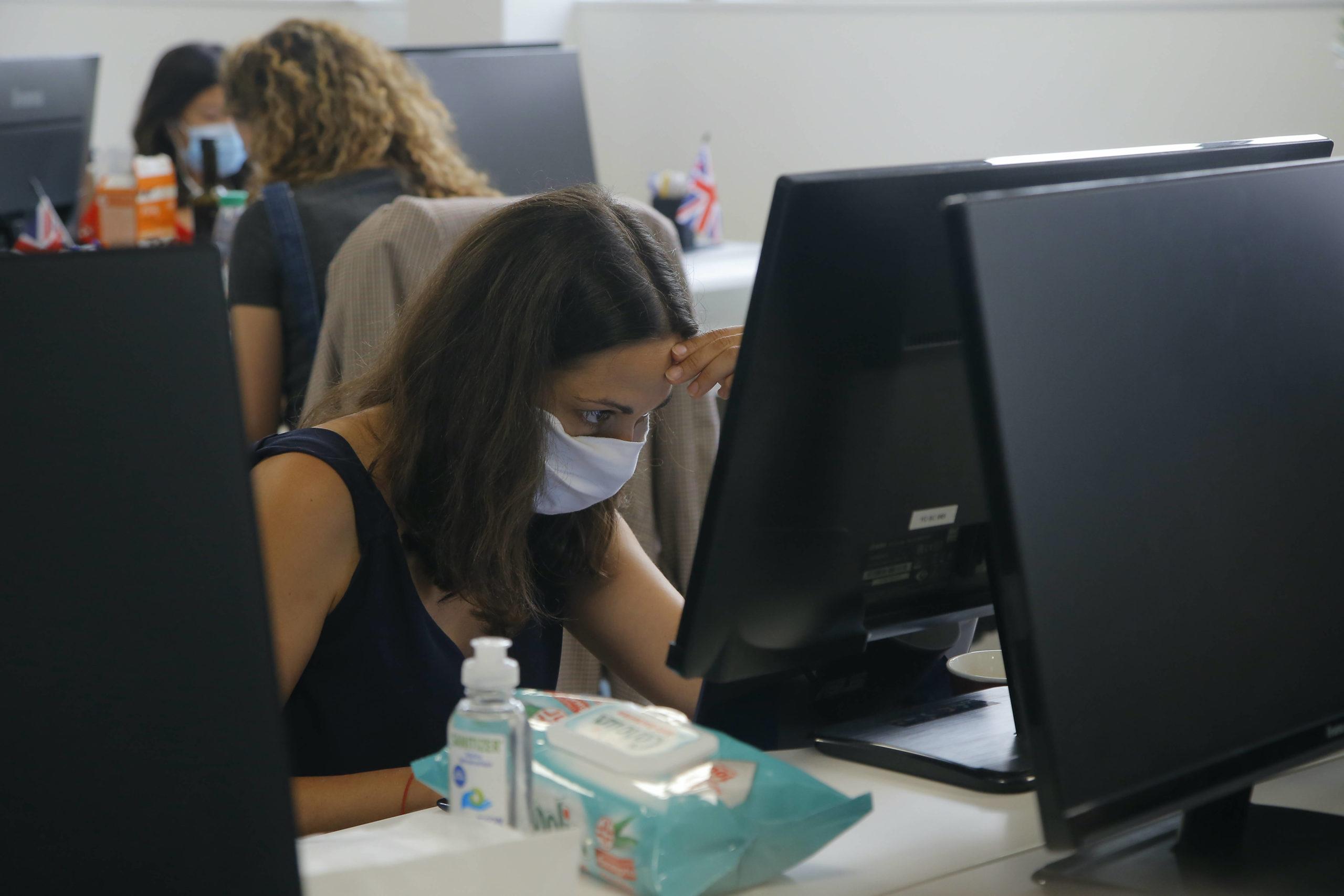 home office práca z domu robota call covid-19 koronavírus kancelárie WA 1 Paríž - Zamestnankyňa s ochranným rúškom sedí v kancelárii startupovej spoločnosti v Paríži v stredu 19. augusta 2020. Francúzska vláda plánuje od 1. septembra zaviesť povinné nosenie rúšok vo väčšine spoločných pracovných priestoroch. Dôvodom je opätovný nárast prípadov nákazy novým koronavírusom, informovala v utorok 18. augusta agentúra Reuters. Vo Francúzsku v súčasnosti platí povinnosť nosenia rúšok v prostriedkoch verejnej dopravy a v uzavretých spoločných verejných priestorov, ako sú obchody a vládne úrady, ale ich nosenie v kanceláriách bolo až doposiaľ na rozhodnutí zamestnávateľov.  V posledných dňoch sa v krajine zvyšuje počet novoinfikovaných a tiež stúpa počet hospitalizovaných i pacientov na jednotkách intenzívnej starostlivosti, dodáva