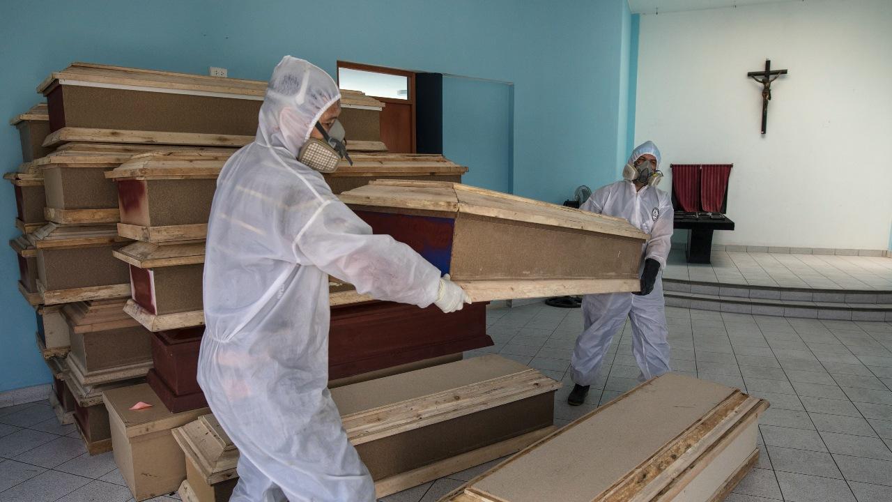 koronavírus mŕtvi ľudia nakazení rakvy krematórium pohreb covid