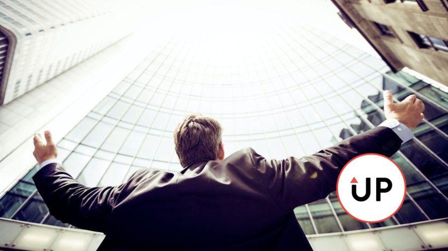 človek podhľad budova rozpažené ruky