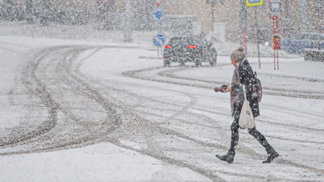 sneh žena cesta
