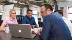 coworking kolegovia práca meeting porada