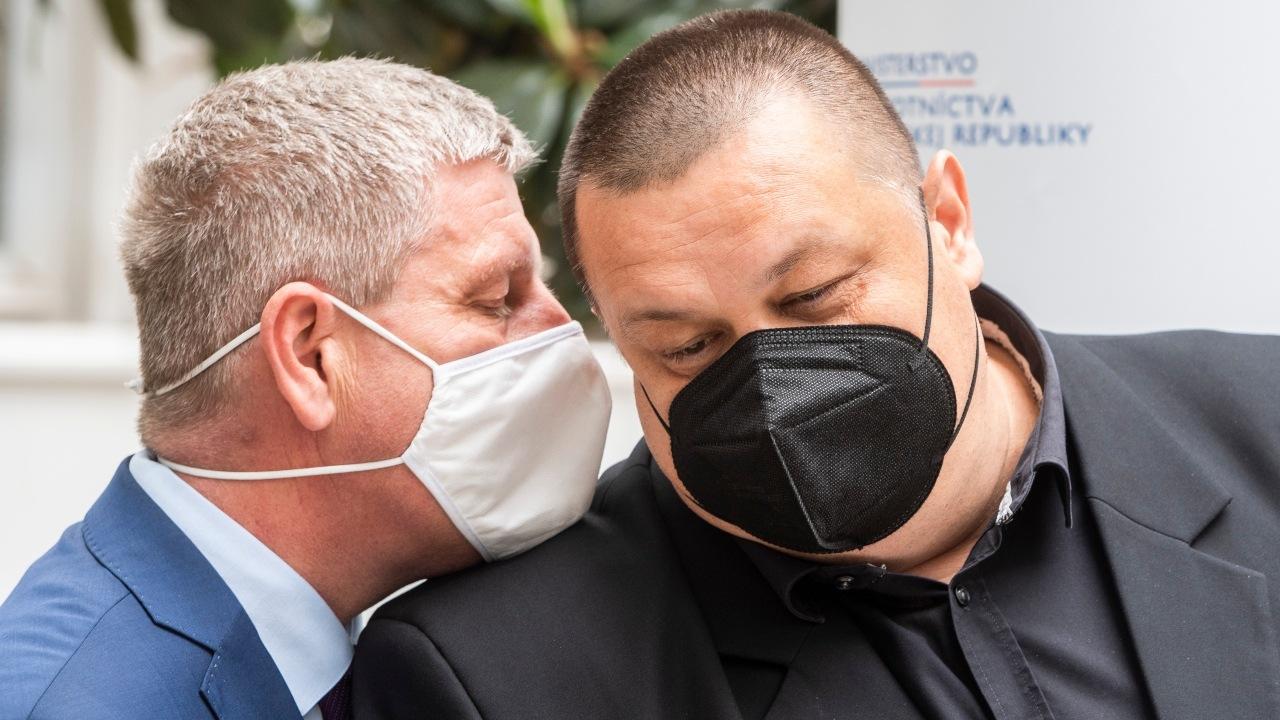 Na snímke zľava minister zdravotníctva SR Vladimír Lengvarský (nominant OĽaNO) a hlavný hygienik SR Ján Mikas počas tlačovej konferencie k aktuálnym opatreniam v súvislosti s COVID-19 platným od budúceho týždňa a aktualizácii covid automatu
