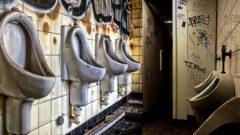 Zničené toalety