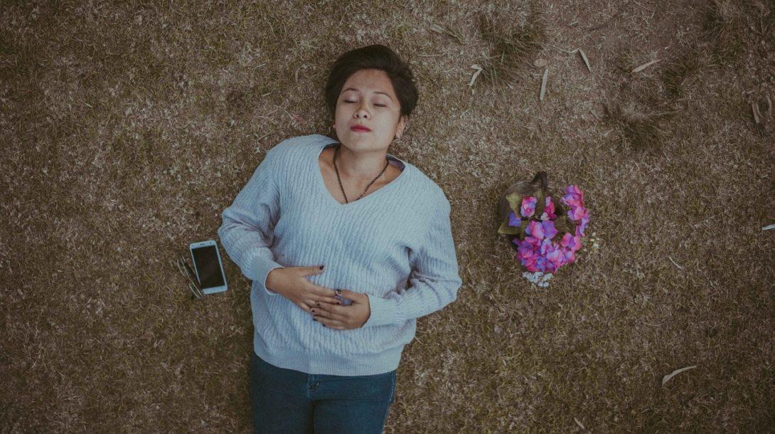 spiaca žena s relefónom