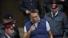 Ruský prominentný antikorupčný bloger a opozičný líder Alexej Navaľnij policajná eskorta