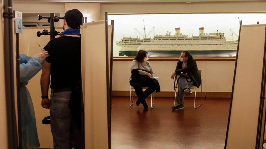 Na snímke ľudia počas očkovania proti chrípke v Múzeu vedy a techniky