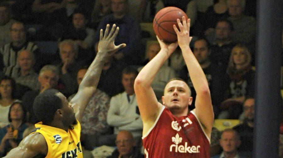 Na snímke Michal Maslík z Komárna (vpravo) a Lakeem Jackson zo Svitu počas zápasu 17. kola Eurovia Slovenskej basketbalovej ligy mužov