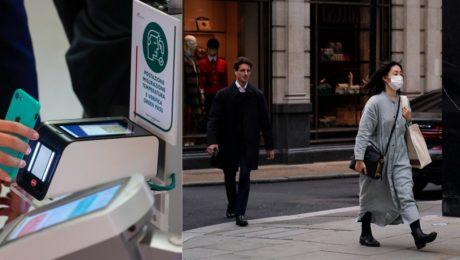 Povinné covidpasy pri vstupe do práce. Žena s ochranným rúškom kráča na ulici v Londýne 19. októbra 2021.