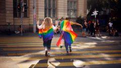 Dve ženy sa držia za ruky počas pochodu príslušníkov sexuálnych menšín v Zürichu